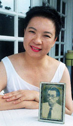 Ms Monica Choon with photo of dad (Photo credit: Singapore Press Holdings)